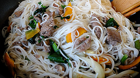 Оризови спагети с говеждо месо и листа от целина