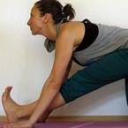Едностранен наклон напред от колянна опора